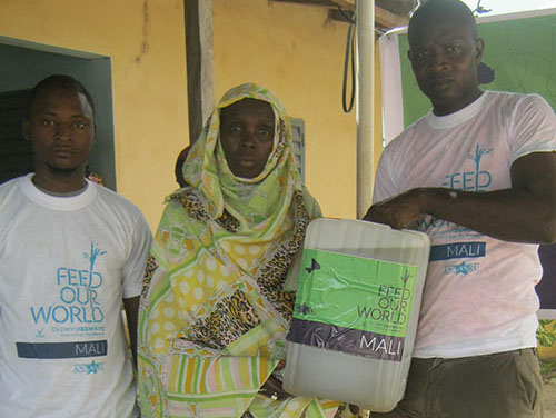 Food pack distribution in Mali